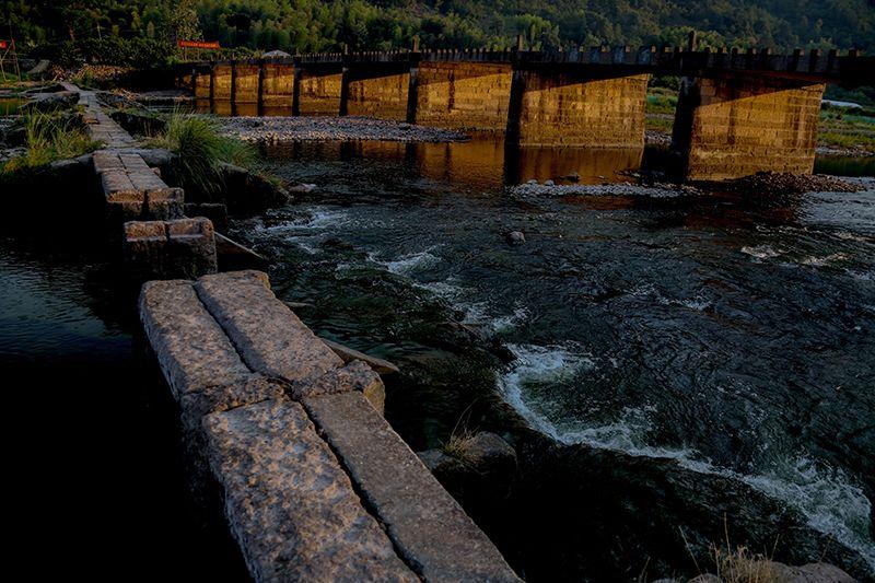 照片主要反应国家5a风景区仙都石板桥古老而悠久的历史
